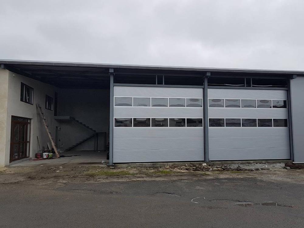 Бургас - Индустриални секционни врати с по 2 остъклени панела 003