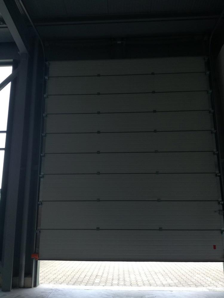Индустриални секционни врати - стандартен ход. Цвят-бяло (Ral 9010). Задвижване с редуктор. 001