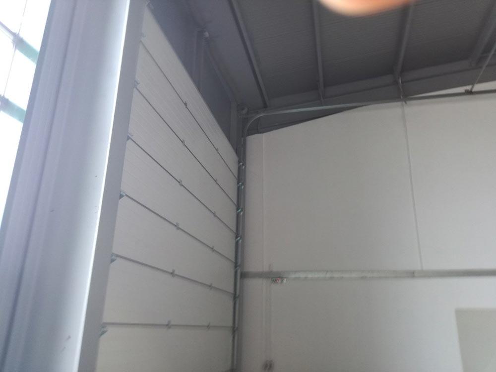 Индустриални секционни врати - стандартен ход. Цвят-бяло (Ral 9010). Задвижване с редуктор. 002