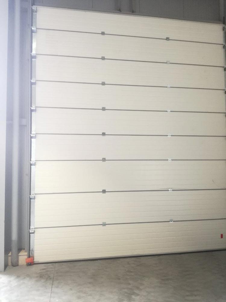 Индустриални секционни врати - стандартен ход. Цвят-бяло (Ral 9010). Задвижване с редуктор. 003