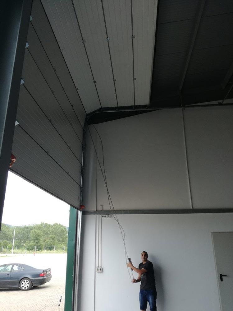 Индустриални секционни врати - стандартен ход. Цвят-бяло (Ral 9010). Задвижване с редуктор. 004