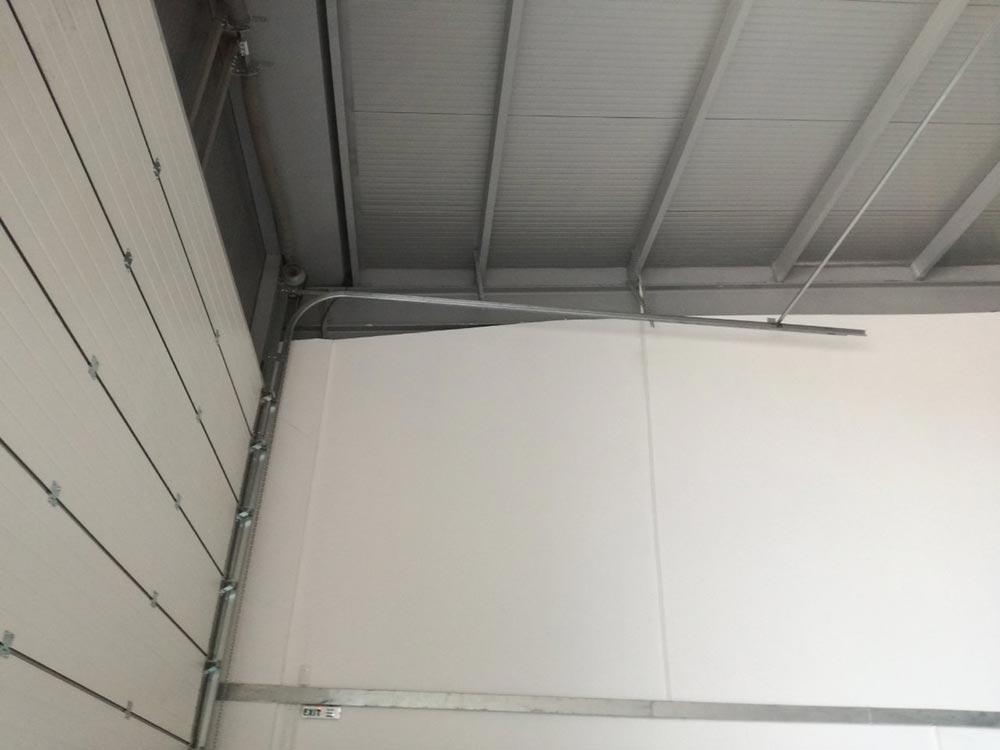 Индустриални секционни врати - стандартен ход. Цвят-бяло (Ral 9010). Задвижване с редуктор. 005