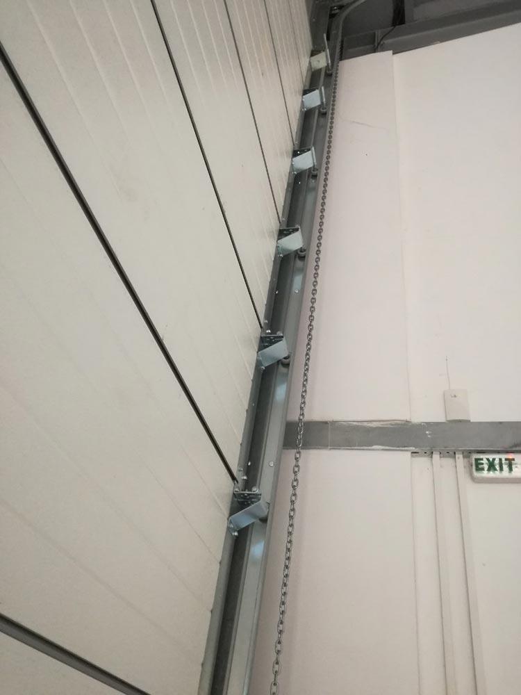 Индустриални секционни врати - стандартен ход. Цвят-бяло (Ral 9010). Задвижване с редуктор. 006