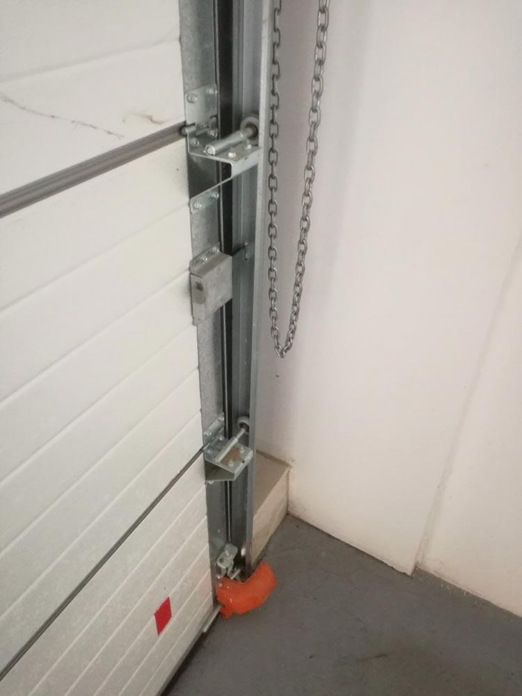 Индустриални секционни врати - стандартен ход. Цвят-бяло (Ral 9010). Задвижване с редуктор. 008