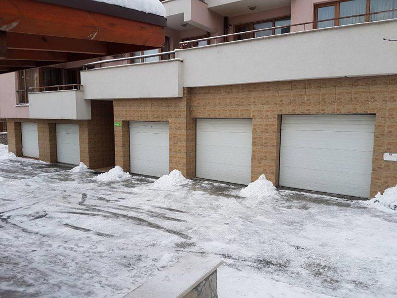 Комплекс Ботаника - Секционни гаражни врати, изработени от термо панели. Цвят - бял (Ral-9010). Задвижване с мотори. 006