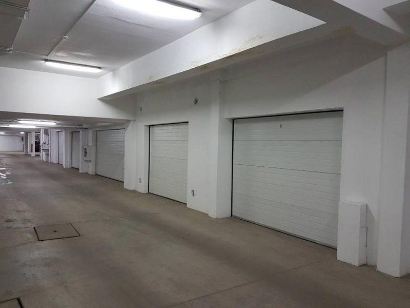 София - Секционни гаражни врати в подземен гараж. Задвижване с мотори. Цвят - бял (Ral-9010). 009