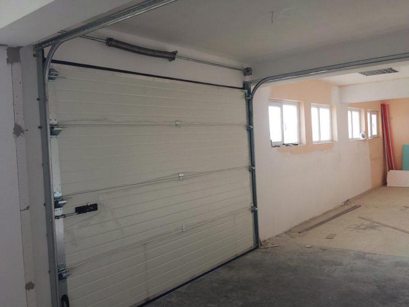 с. Опан - Гаражни секционни врати изработени от термо панели. Цвят-бял (Ral-9010). 006