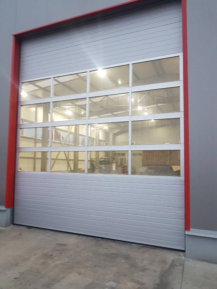 Стара Загора - Индустриални секционни врати с по четири остъклени панела, цвят - сив (Ral 9006). Задвижване с редуктор 001