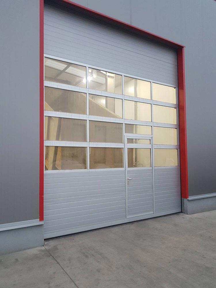 Стара Загора - Индустриални секционни врати с по четири остъклени панела, цвят - сив (Ral 9006). Задвижване с редуктор 002