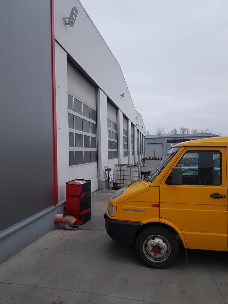 Стара Загора - Индустриални секционни врати с по четири остъклени панела, цвят - сив (Ral 9006). Задвижване с редуктор 004