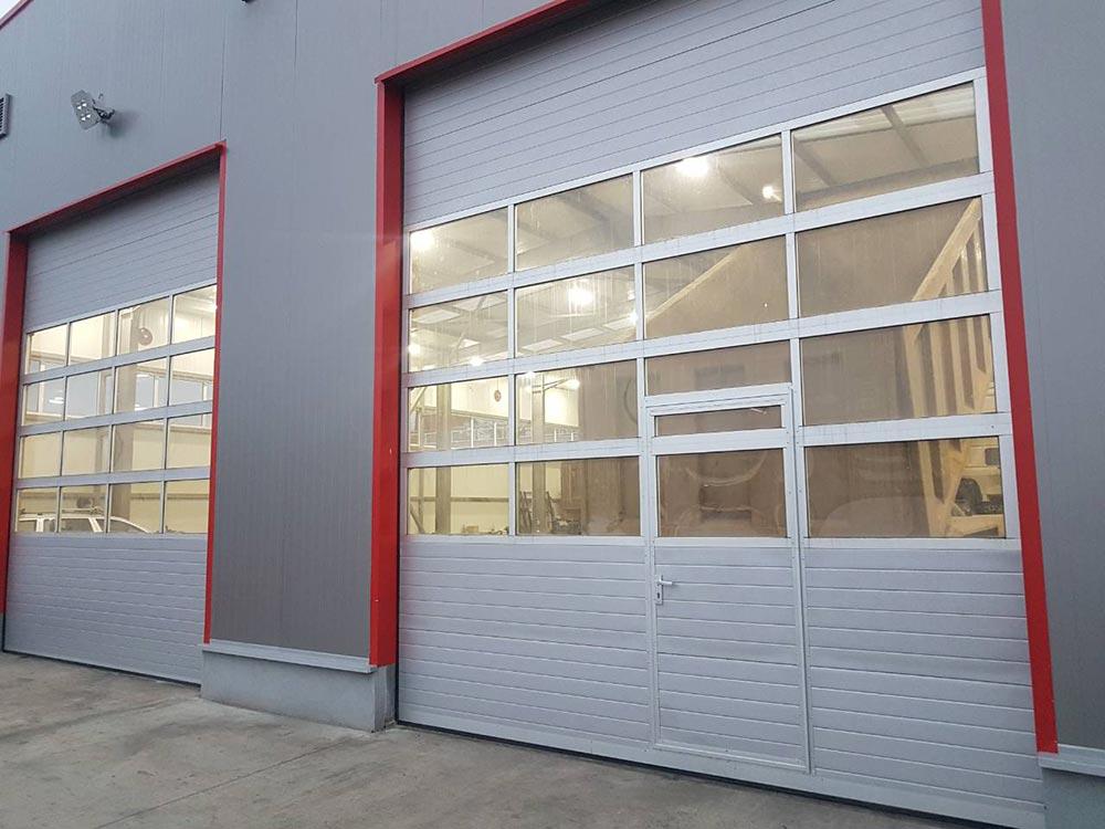 Стара Загора - Индустриални секционни врати с по четири остъклени панела, цвят - сив (Ral 9006). Задвижване с редуктор 005