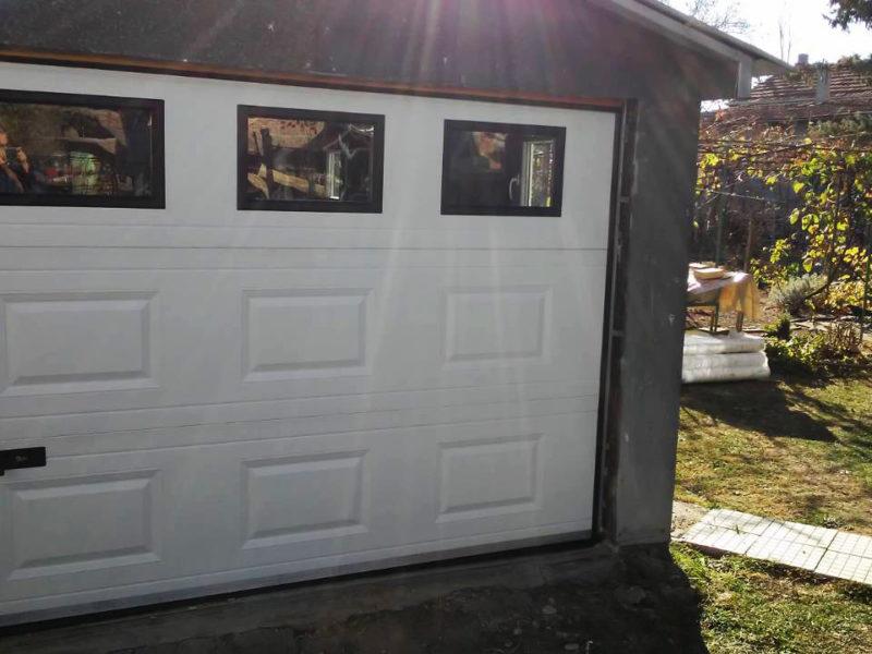 Костинброд - Гаражна секционна врата с вградени декоративни прозорци_001