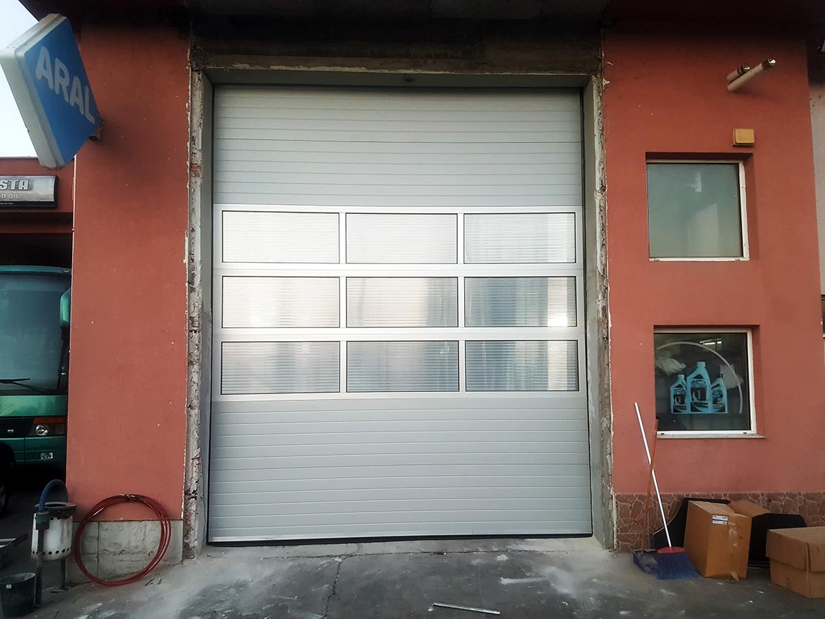 Мездра - Индустриална секционна врата с три реда остъклени с поликарбонат панели_001