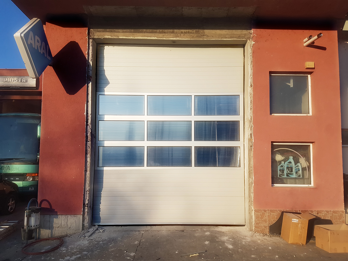 Мездра - Индустриална секционна врата с три реда остъклени с поликарбонат панели_002