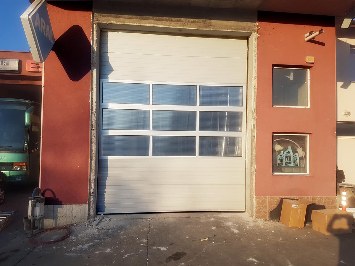 Мездра - Индустриална секционна врата с три реда остъклени с поликарбонат панели_004