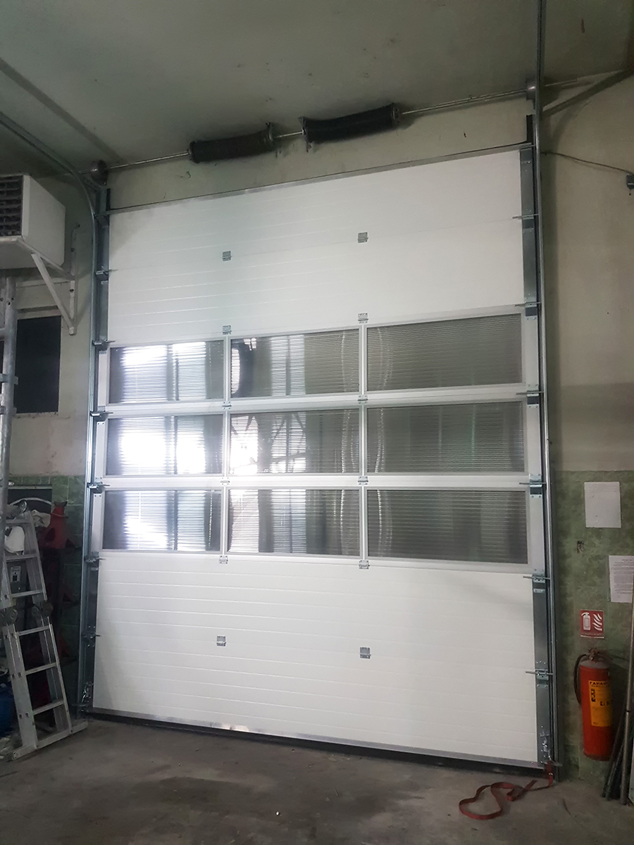 Мездра - Индустриална секционна врата с три реда остъклени с поликарбонат панели_005