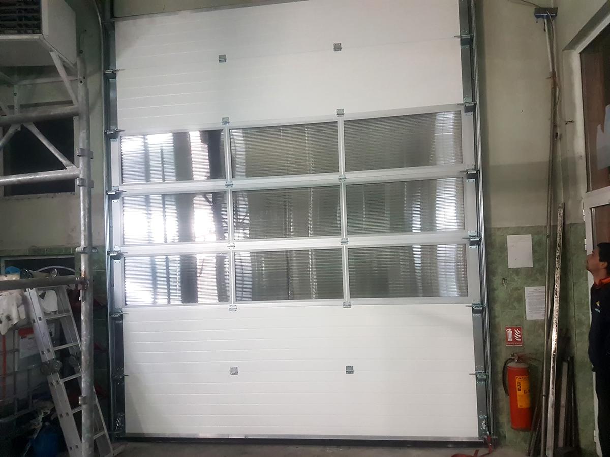 Мездра - Индустриална секционна врата с три реда остъклени с поликарбонат панели_006