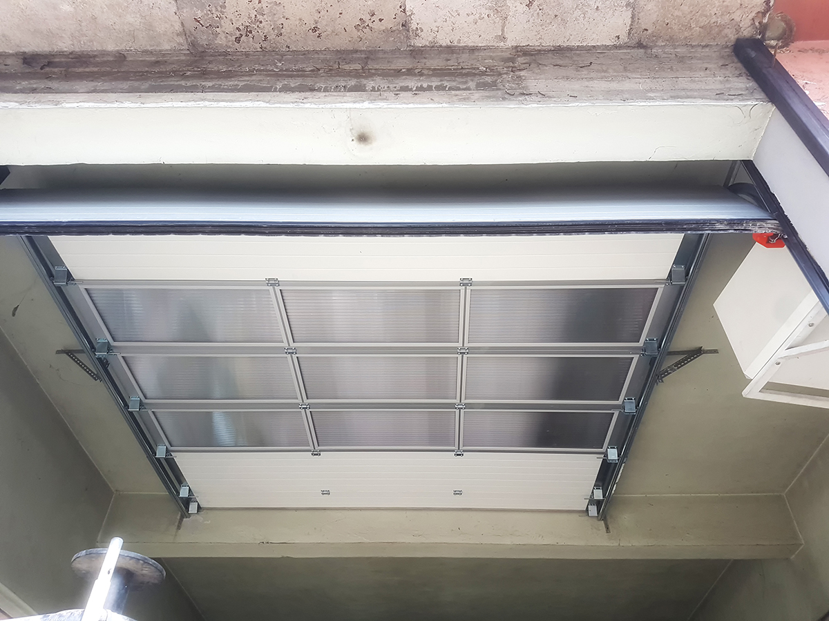Мездра - Индустриална секционна врата с три реда остъклени с поликарбонат панели_007