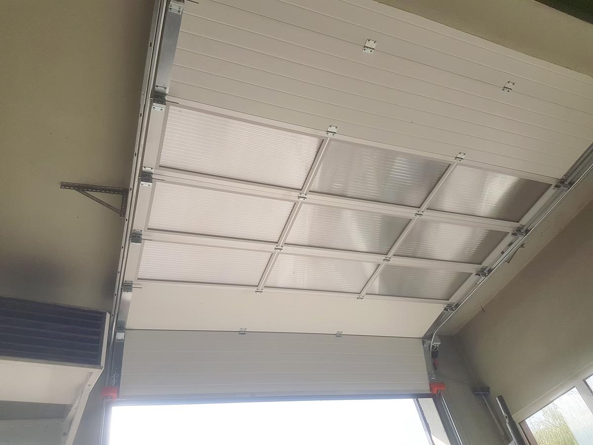 Мездра - Индустриална секционна врата с три реда остъклени с поликарбонат панели_008
