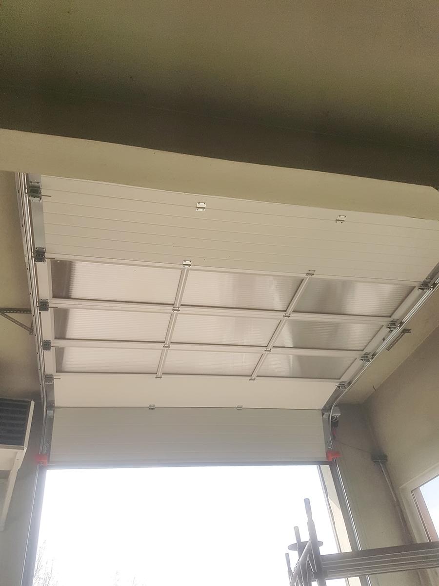 Мездра - Индустриална секционна врата с три реда остъклени с поликарбонат панели_009