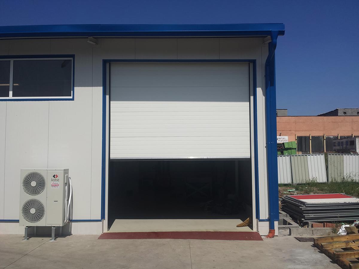 Първомай - Индустриални секционни врати в едната от които е вградена проходна врата_003