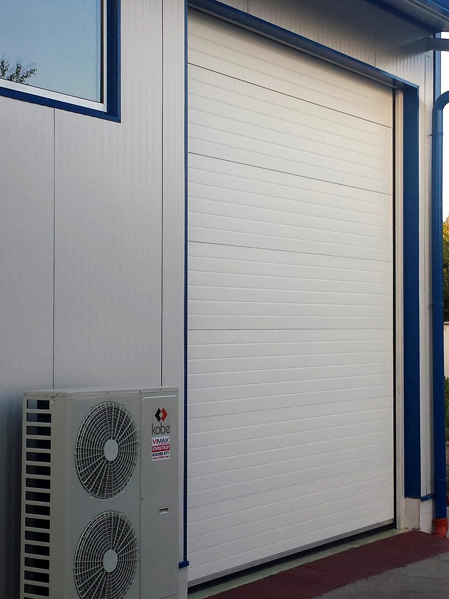 Първомай - Индустриални секционни врати в едната от които е вградена проходна врата_005