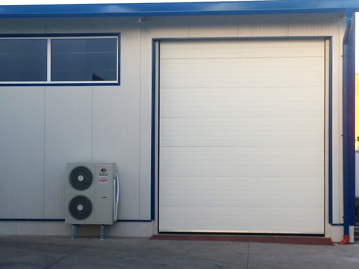 Първомай - Индустриални секционни врати в едната от които е вградена проходна врата_006