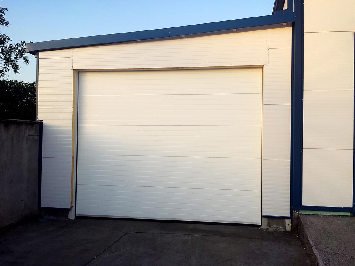 Първомай - Индустриални секционни врати в едната от които е вградена проходна врата_007