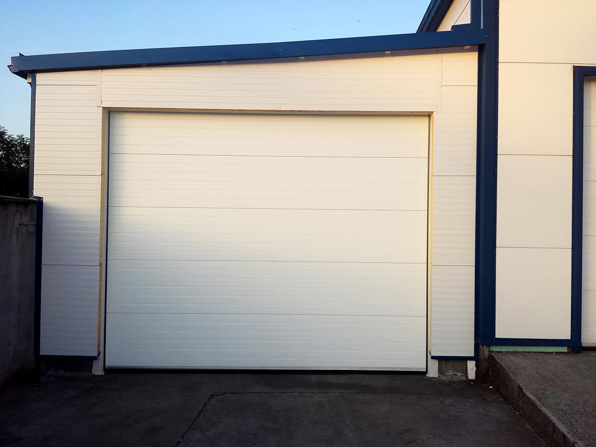 Първомай - Индустриални секционни врати в едната от които е вградена проходна врата_008