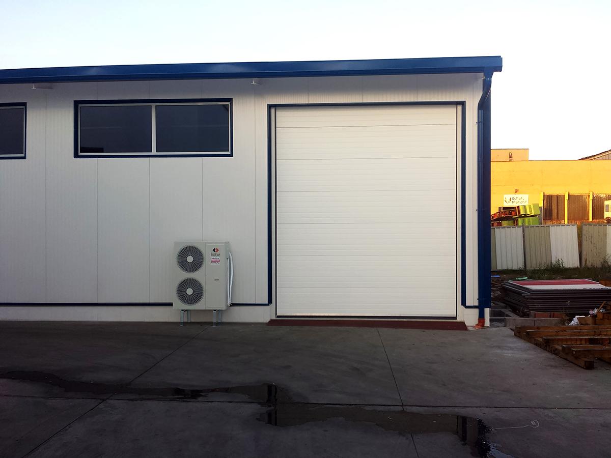 Първомай - Индустриални секционни врати в едната от които е вградена проходна врата_010