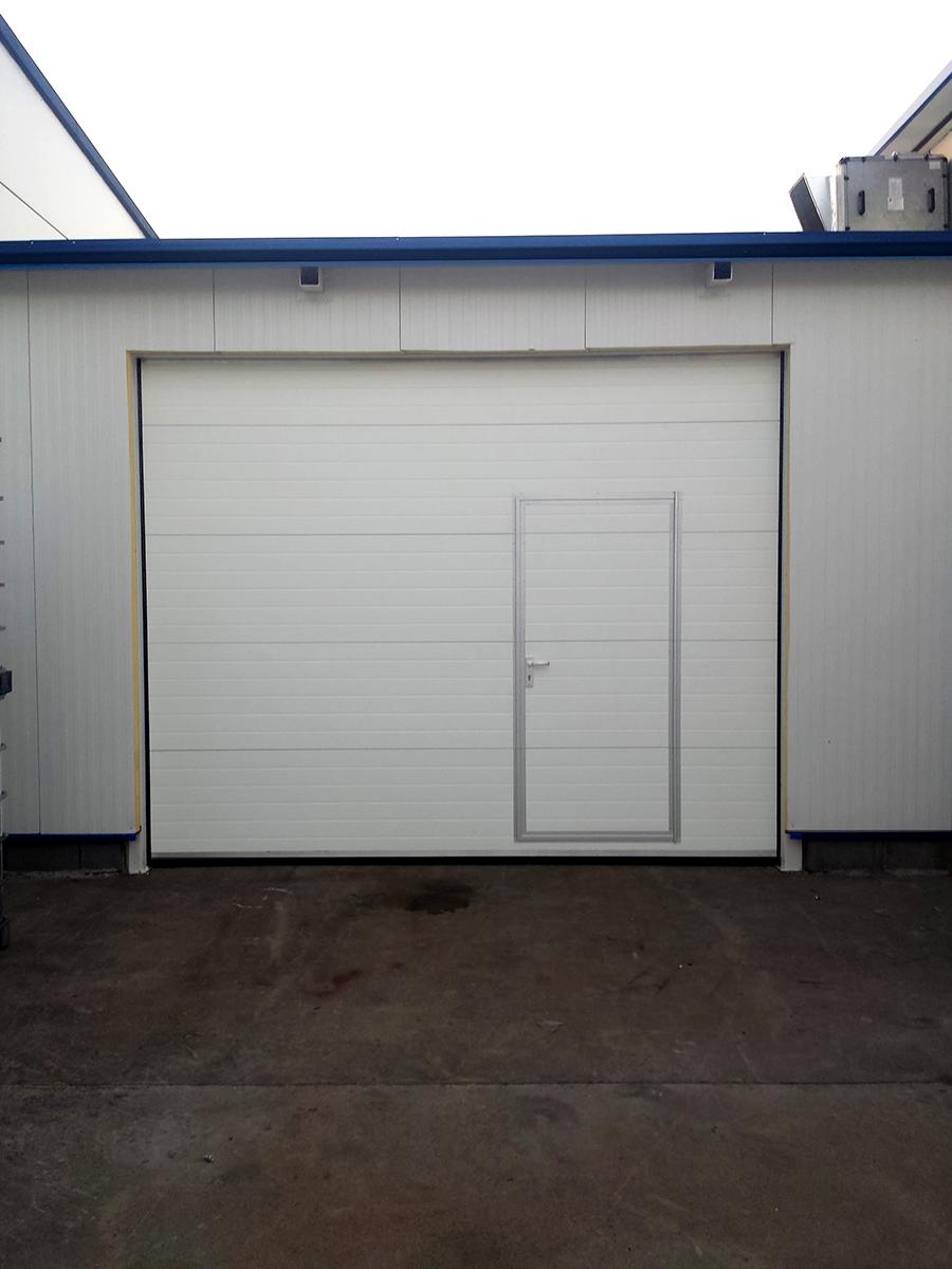 Първомай - Индустриални секционни врати в едната от които е вградена проходна врата_012