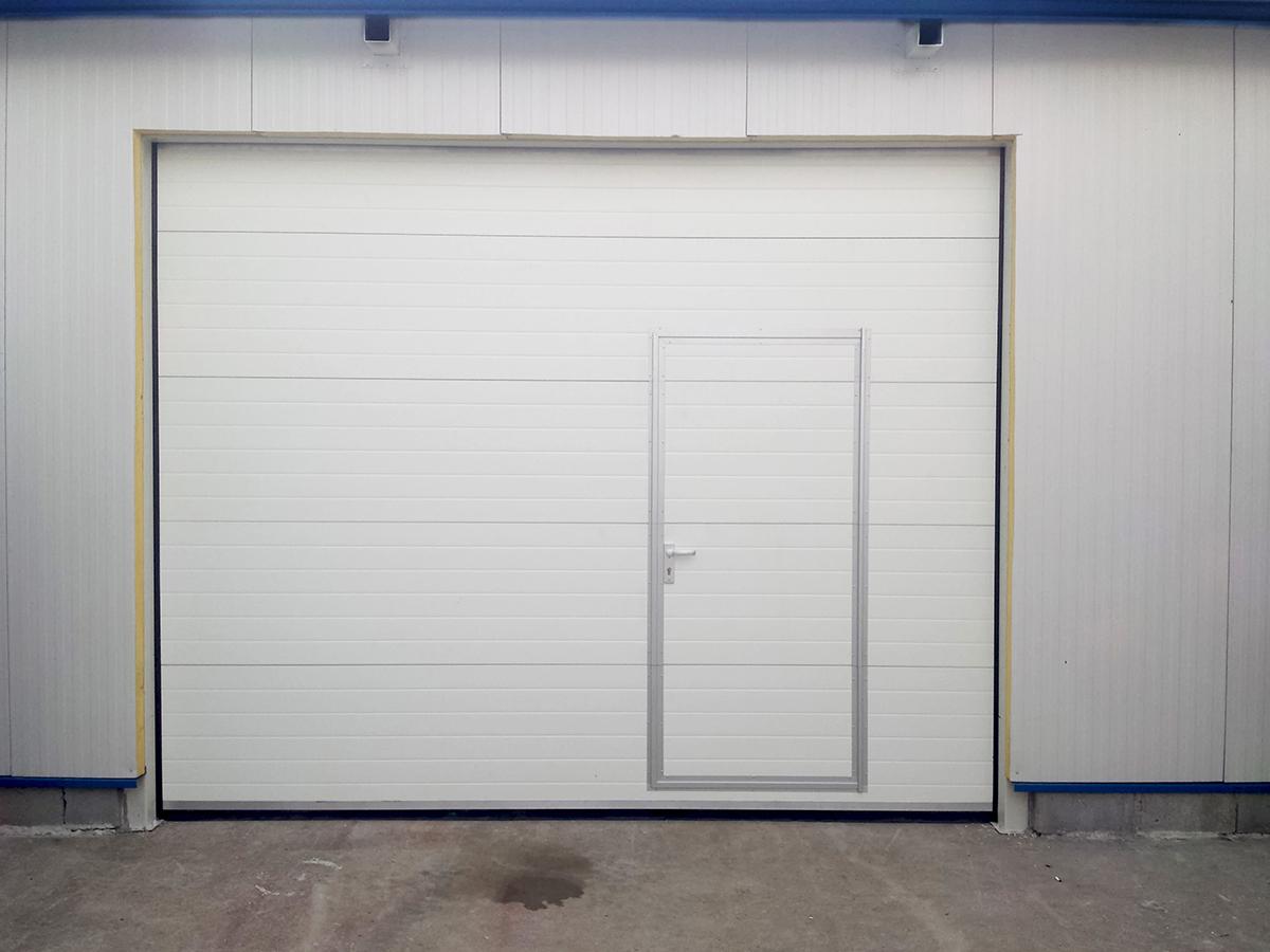 Първомай - Индустриални секционни врати в едната от които е вградена проходна врата_013