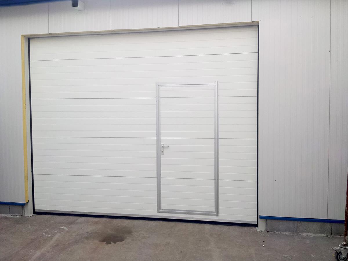 Първомай - Индустриални секционни врати в едната от които е вградена проходна врата_015