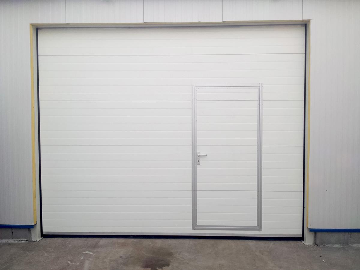 Първомай - Индустриални секционни врати в едната от които е вградена проходна врата_016