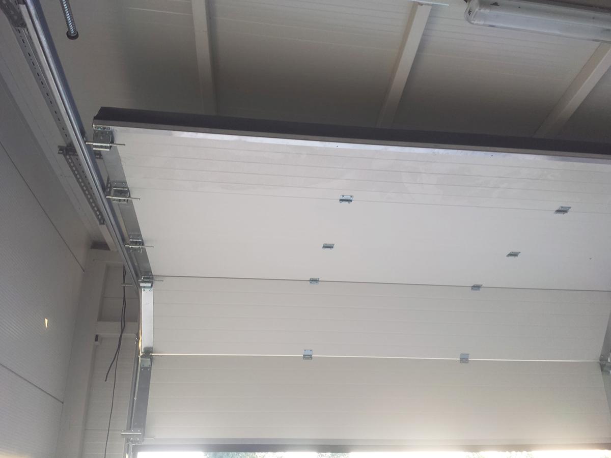 Първомай - Индустриални секционни врати в едната от които е вградена проходна врата_020