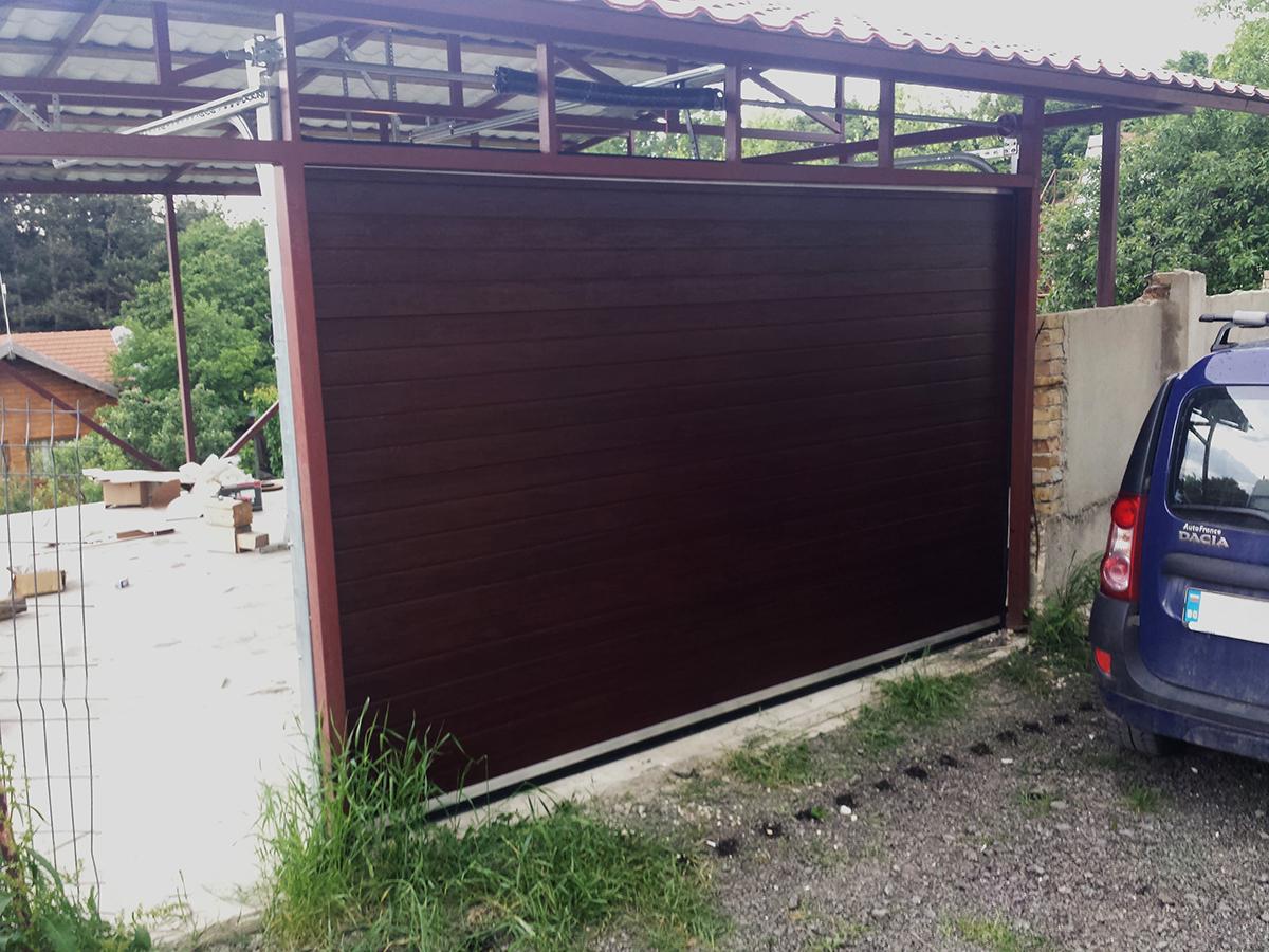 Варна - Гаражна секционна врата в цвят махагон с автоматика_001