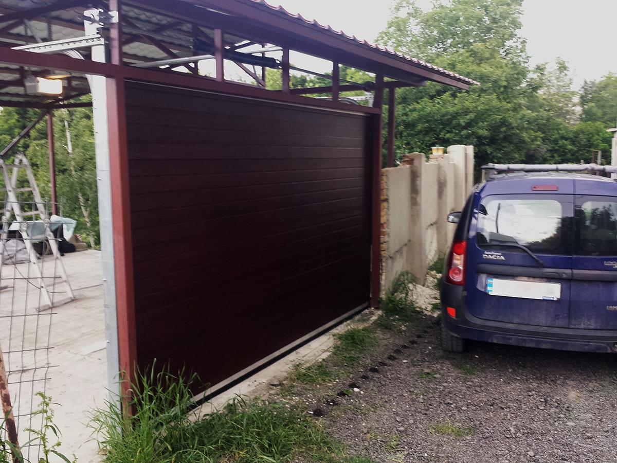 Варна - Гаражна секционна врата в цвят махагон с автоматика_002