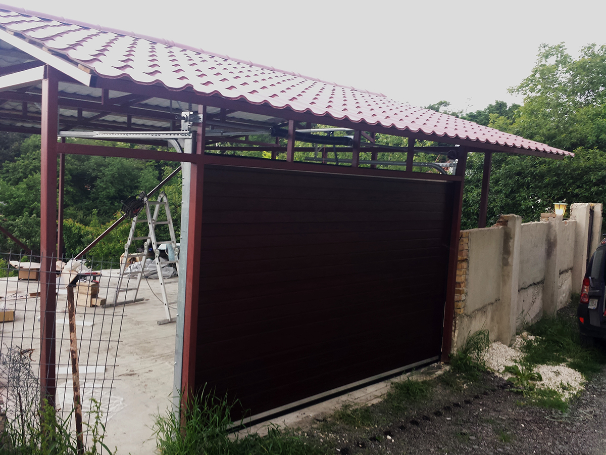 Варна - Гаражна секционна врата в цвят махагон с автоматика_004