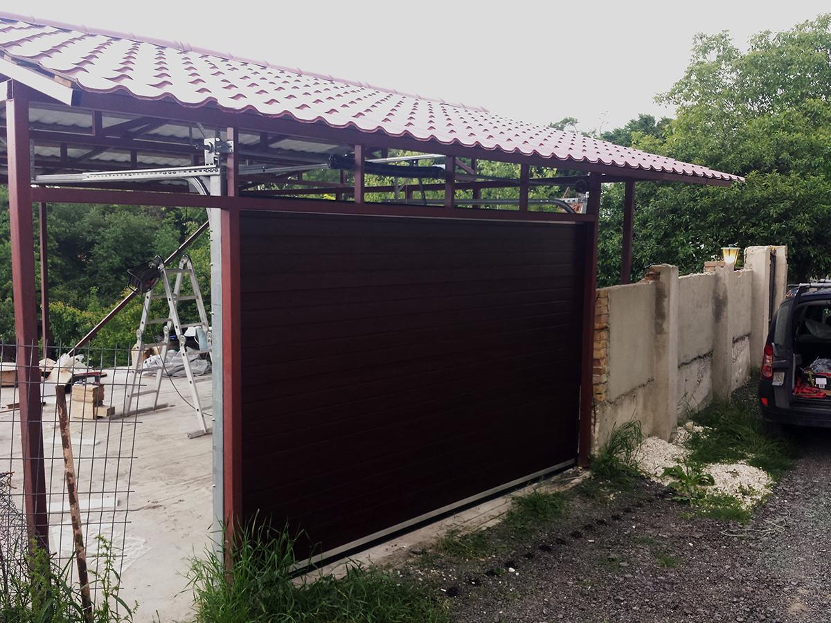 Варна - Гаражна секционна врата в цвят махагон с автоматика_005