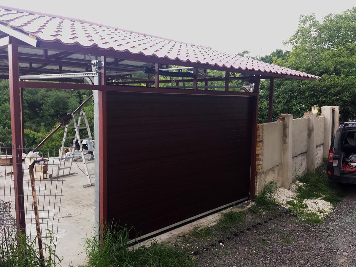 Варна - Гаражна секционна врата в цвят махагон с автоматика_006