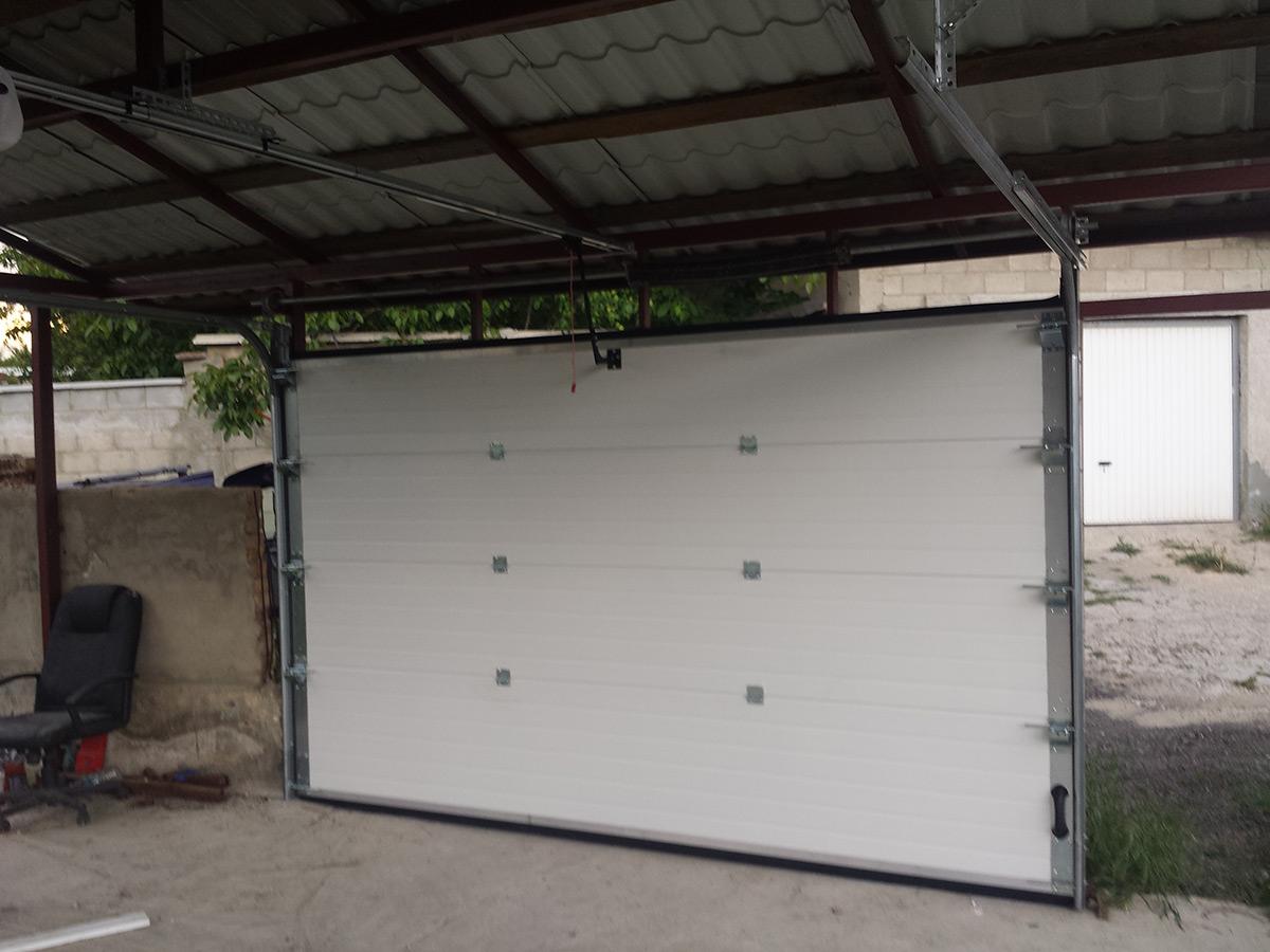 Варна - Гаражна секционна врата в цвят махагон с автоматика_007