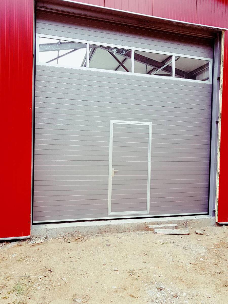 Хасково - Индустриална секционна врата с един остъклен панел_001