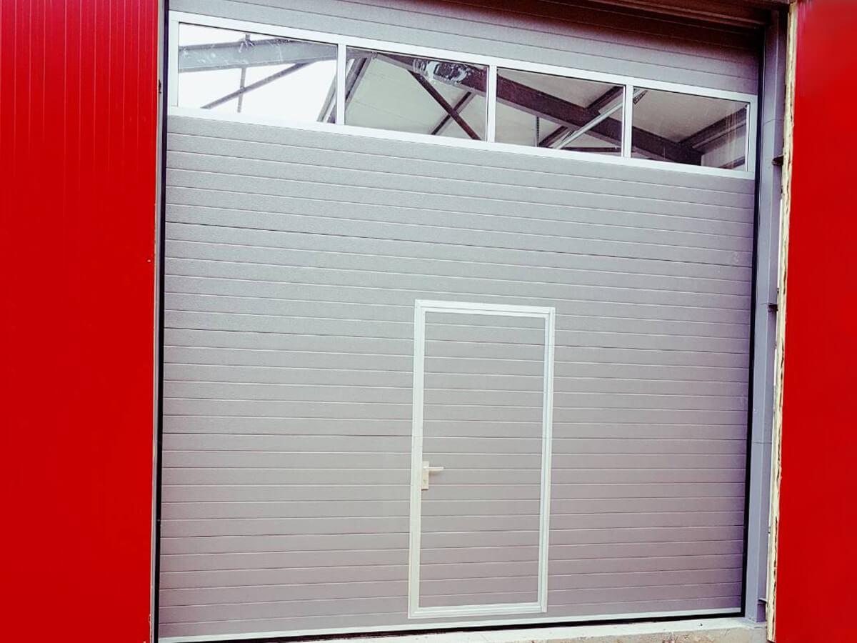 Хасково - Индустриална секционна врата с един остъклен панел_002
