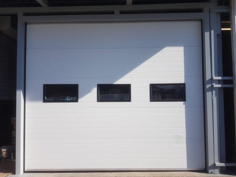 Самоков - Индустриални секционни врати с вградени в тях декоративни прозорци_001