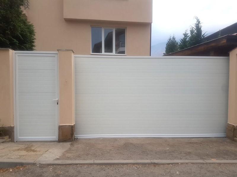 София - Плъзгаща се дворна врата и пешеходната врата до нея е в същия дизайн_001