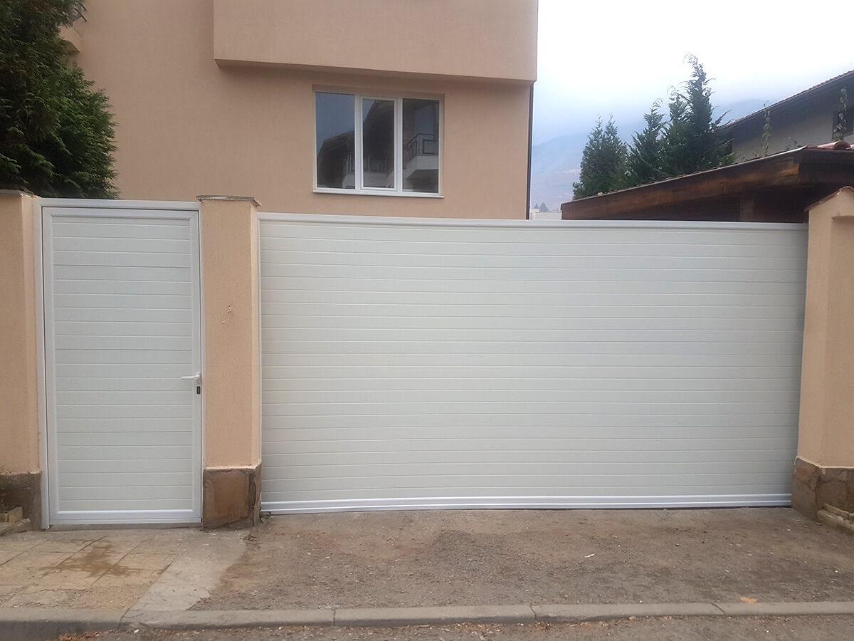 София - Плъзгаща се дворна врата и пешеходната врата до нея е в същия дизайн_002