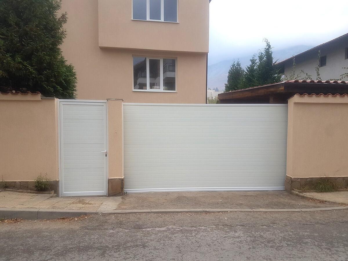 София - Плъзгаща се дворна врата и пешеходната врата до нея е в същия дизайн_003
