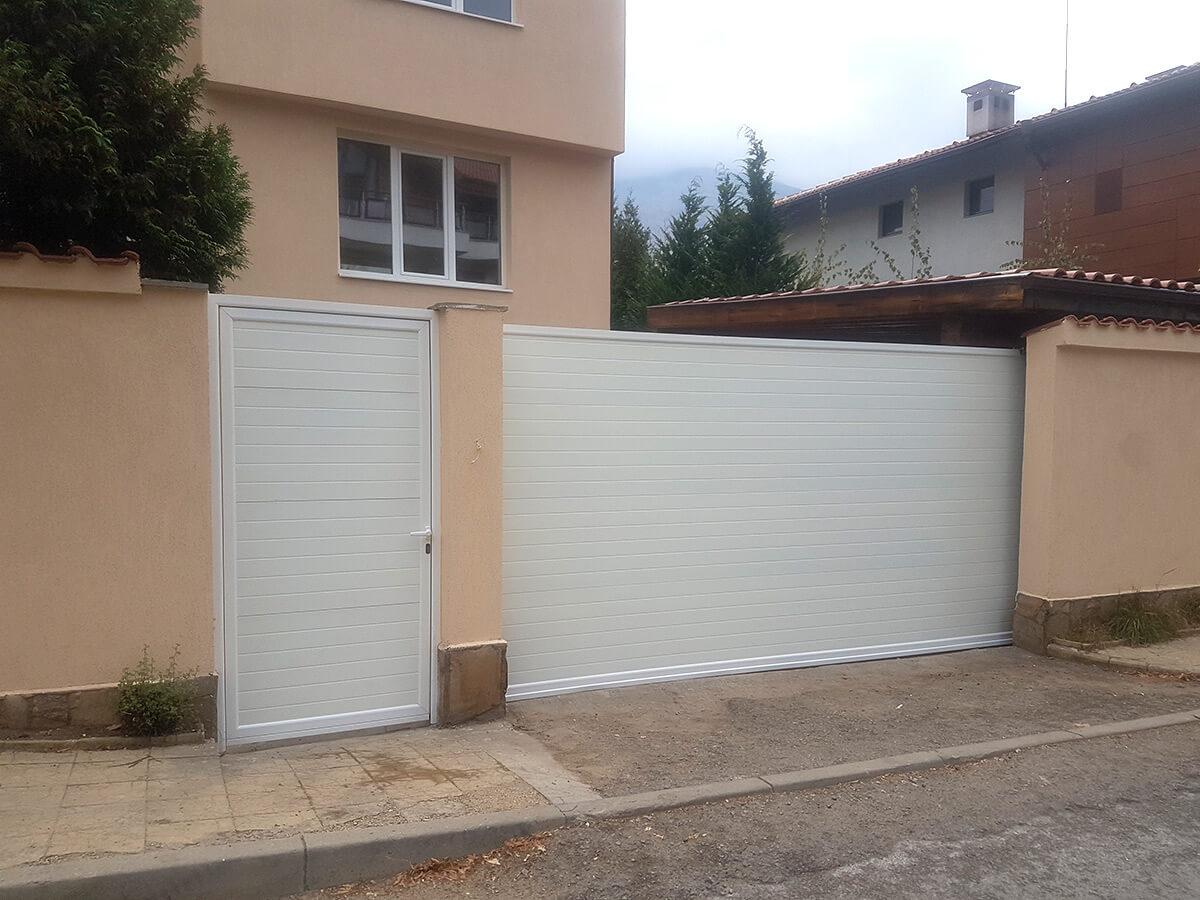 София - Плъзгаща се дворна врата и пешеходната врата до нея е в същия дизайн_004