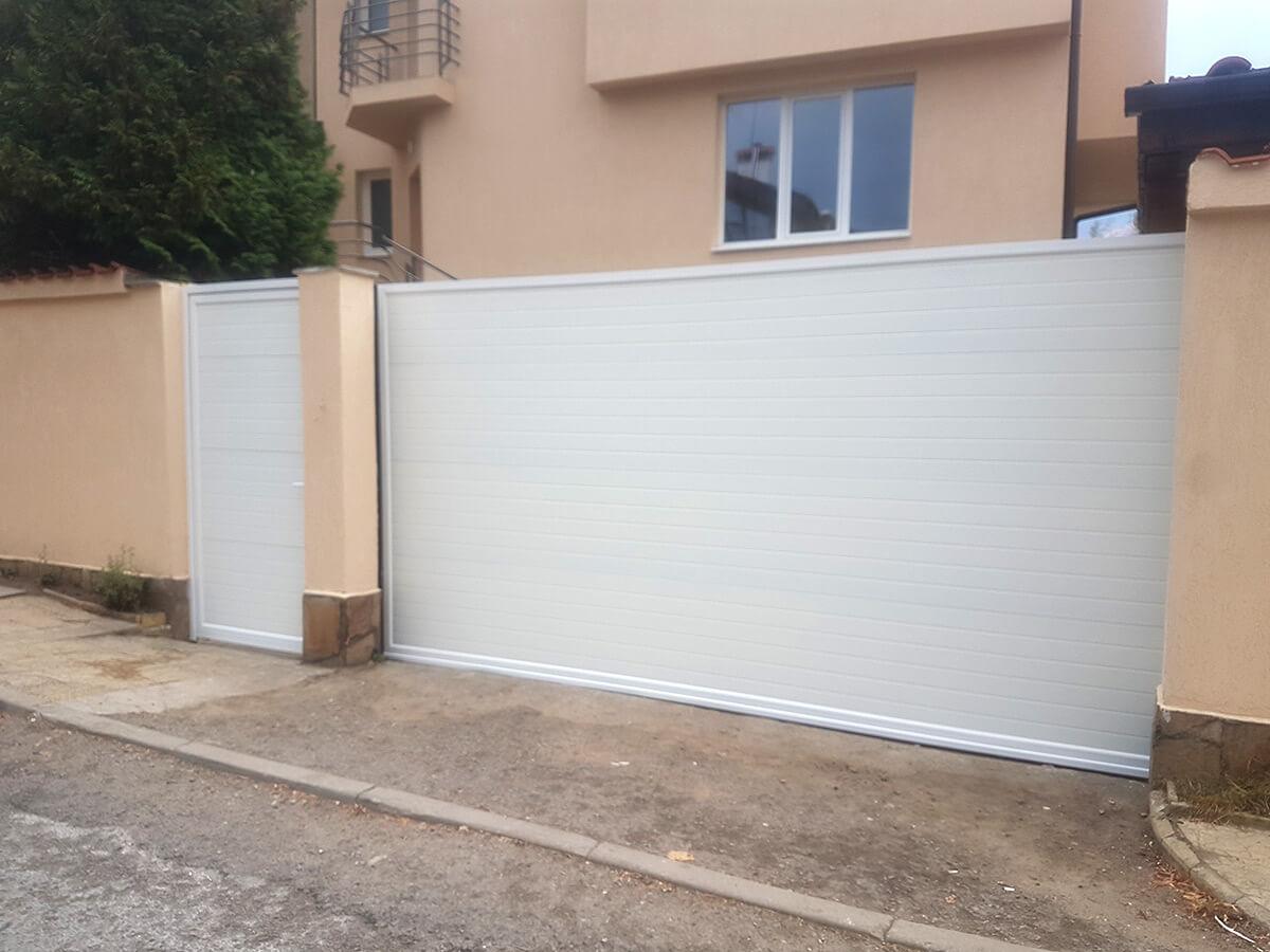 София - Плъзгаща се дворна врата и пешеходната врата до нея е в същия дизайн_005