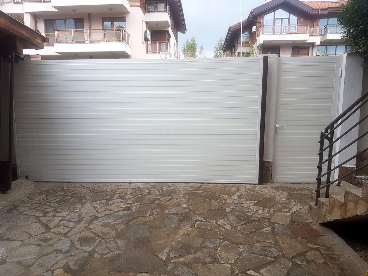 София - Плъзгаща се дворна врата и пешеходната врата до нея е в същия дизайн_009